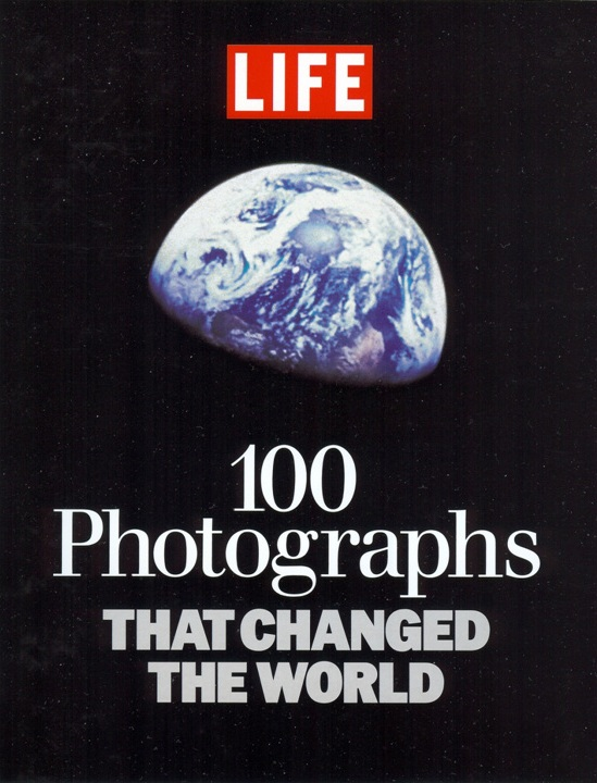 Earthrise 100 Photographs That Changed the World .jpg